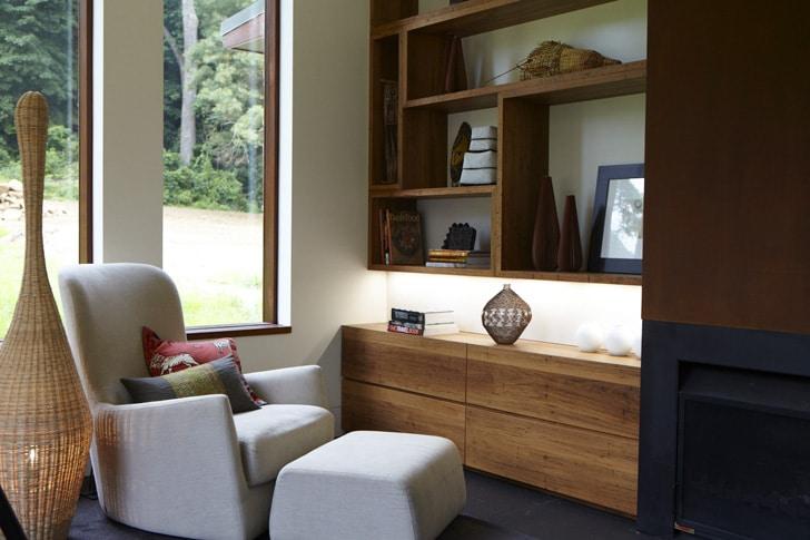 Dise o de interiores r stico de casa rural madera y for Sala de estar de madera