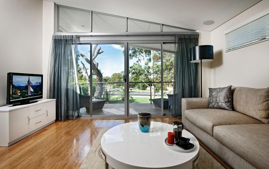 Moderna casa de dos plantas con dise o interior que for Ver interiores de casas modernas
