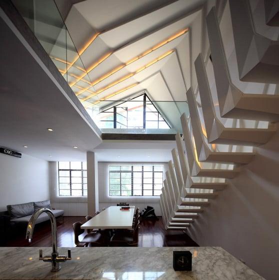 Diseño de interiores de apartamento moderno con vista a escalera