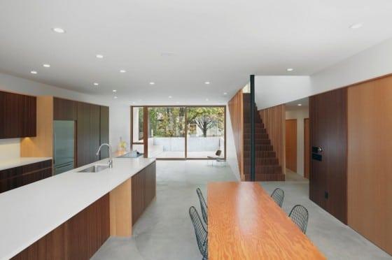 Diseño de interiores en madera de casa de dos pisos
