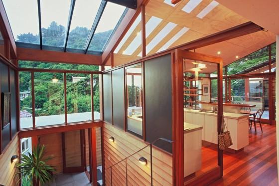 Diseño de interiores de casa en la montaña con techos calados