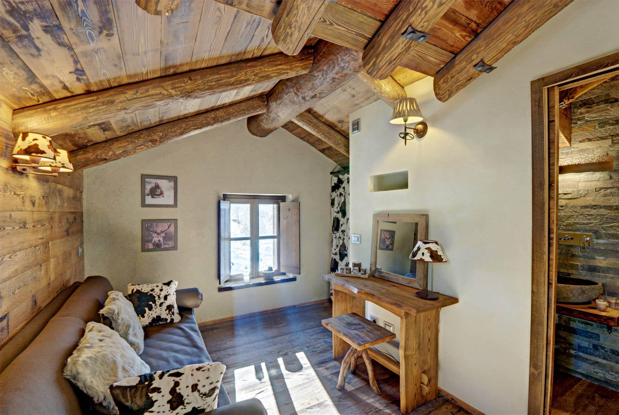 decoración de interiores salas rusticas:La chimenea de piedra es un elemento fuerte en el diseño de la sala
