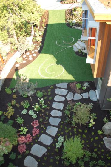 Diseño de jardín con formas y combinación de materiales