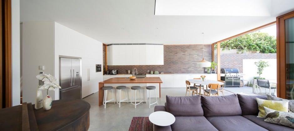Dise o de casa moderna de dos pisos en terreno largo for Disenos de cocinas comedor modernas