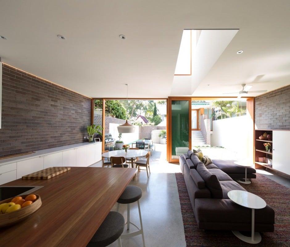 Dise o de casa moderna de dos pisos en terreno largo for Pisos para comedor