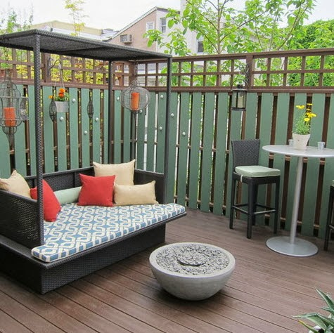 Diseño de terraza pequeña con cerco y mueble cubierto