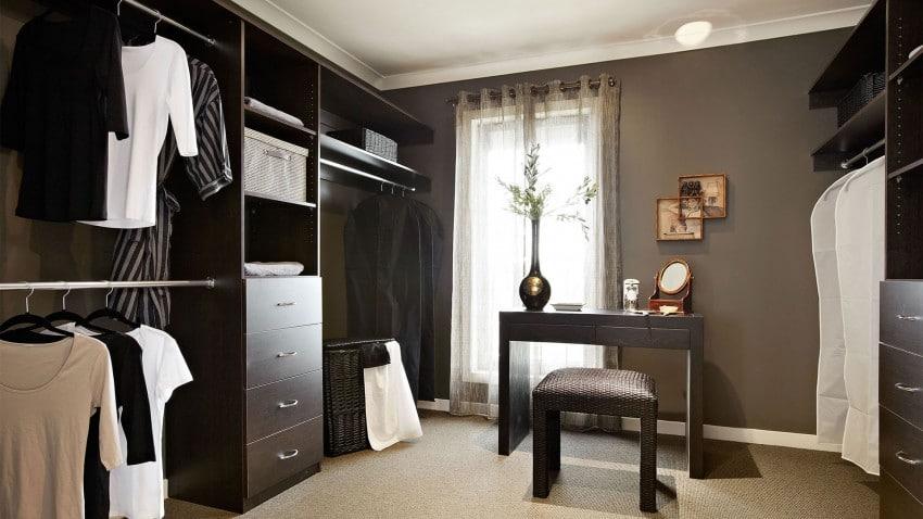 Casa de dos pisos moderna fachada y dise o de interiores for Cuarto con walking closet