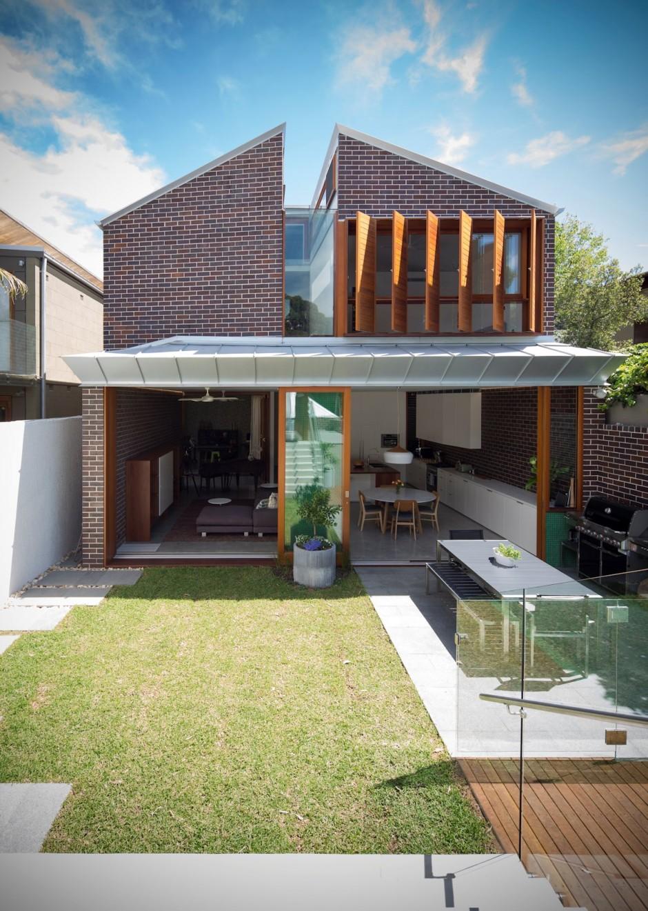 Dise o de casa moderna de dos pisos en terreno largo for Diseno de fachadas