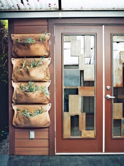 Puerta de fachada de casa pequeña de madera