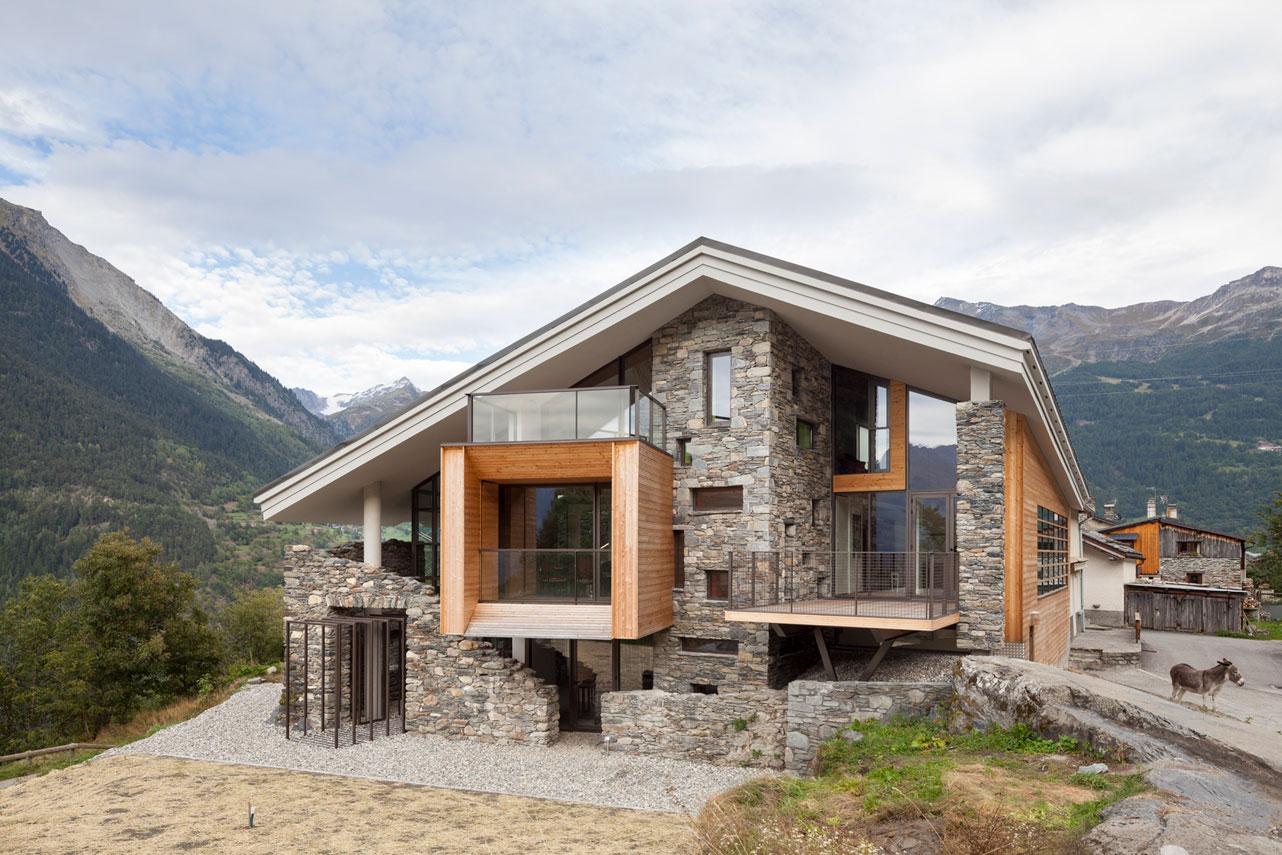 Dise o de casa moderna en la monta a fachada piedra for Casas de piedra y madera