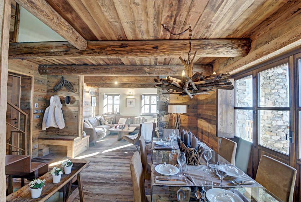 Dise o de interiores r stico uso de madera y piedra construye hogar - Piedra para interior ...