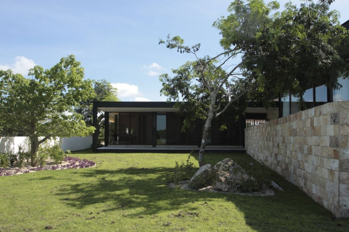Dise o de casa en forma de l moderna fachada e interiores for Casa moderna l