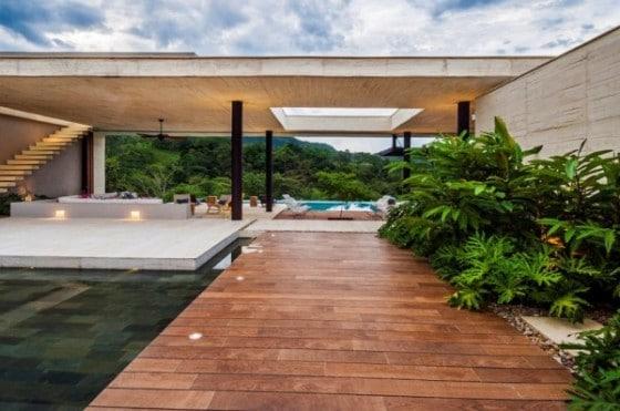 Pasadizo con piso de madera en casa de campo