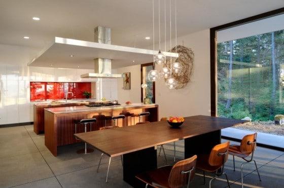 Diseño de cocina comedor con muebles de madera en casa de campo