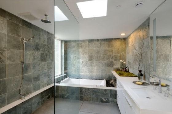 Diseño de cuarto de baño con piedra y sanitarios blancos