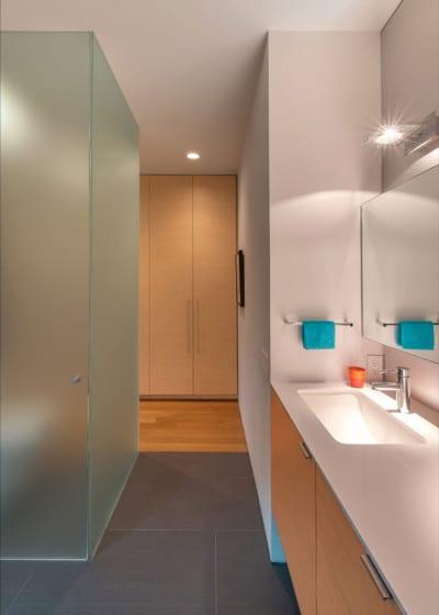 Diseño de cuarto de baño en casa de forma triangular