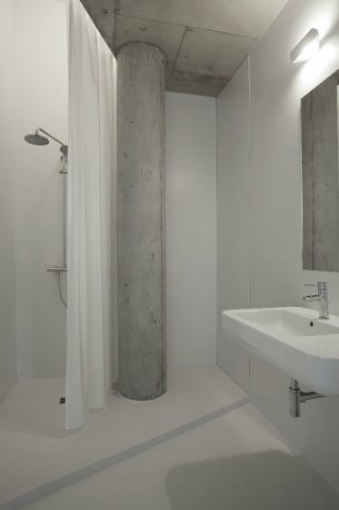 Diseño de cuarto de baño irregular vista del lavatorio y ducha