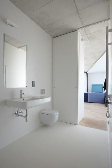 Diseño de cuarto de baño irregular en colorblanco