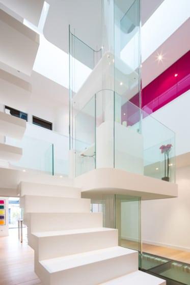 Vista de cristales de vidrio al centro del edificio