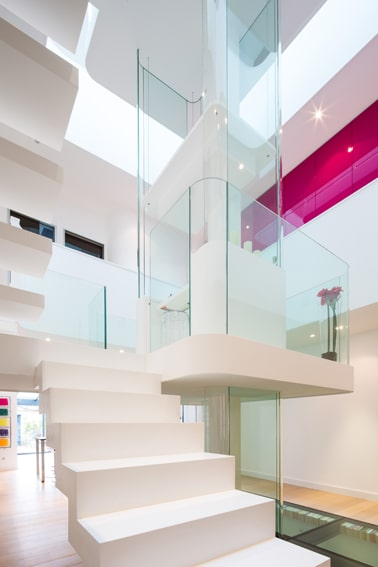 Dise o de interiores de casa peque a moderna iluminaci n - Decoracion en cristal interiores ...