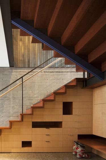 Diseño de escaleras modernas de madera con cajones debajo de peldaños
