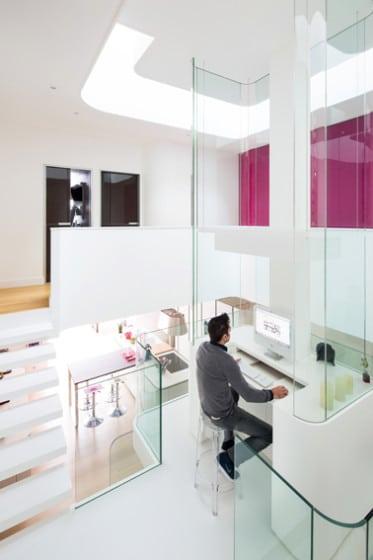 Diseño de estudio pequeño y moderno ubicado al centro de la casa