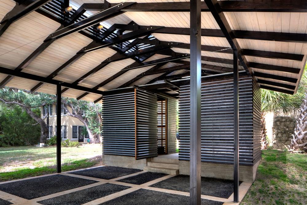 Dise o de garage cochera en exteriores de casa for Pisos para exteriores modernos