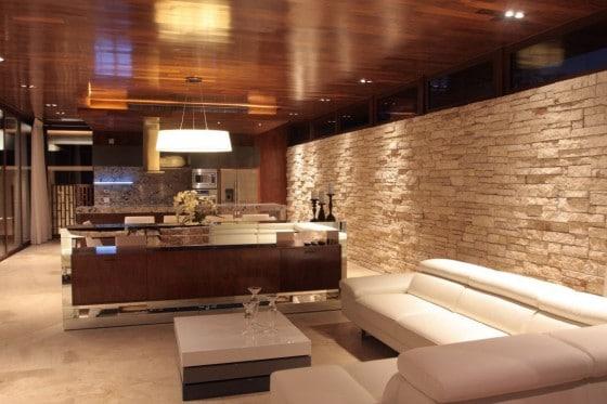 Dise o de casa en forma de l moderna fachada e interiores - Pared interior de piedra ...