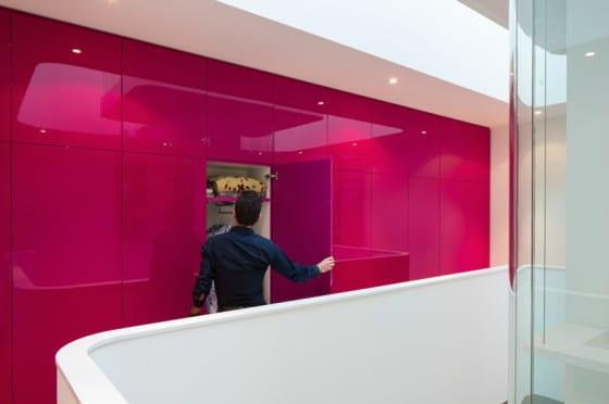 Diseño de interiores moderno de casa con pared de color rosada