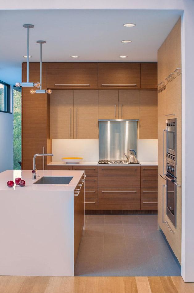 Planos de casa en terreno triangular fachada e interiores for Casas con cocinas modernas