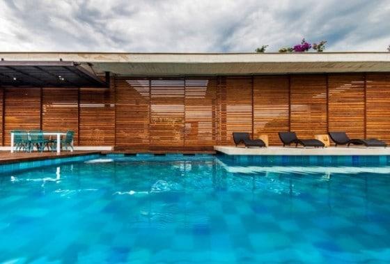 Diseño de pared de varillas de madera en casa campo