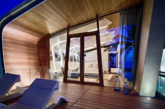 Diseño de ventana curva al interior con madera