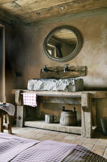 Baños Rusticos Madera:Una roca conforma el lavatorio y dos modelos de antiguos grifos son