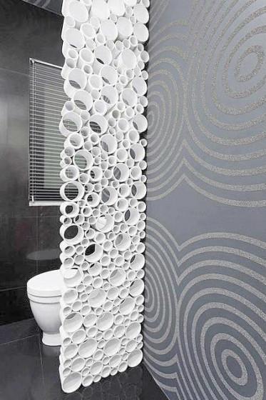 Diseño original de cuarto de baño con tubos de PVC