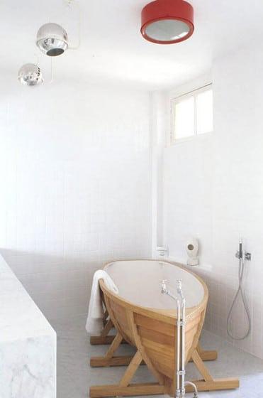Diseño original de cuarto de baño con tina en forma de barco