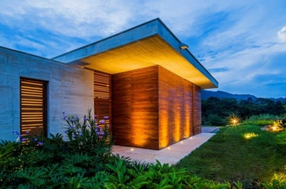 Fachada de casa de campo con trabajos de varillas de madera