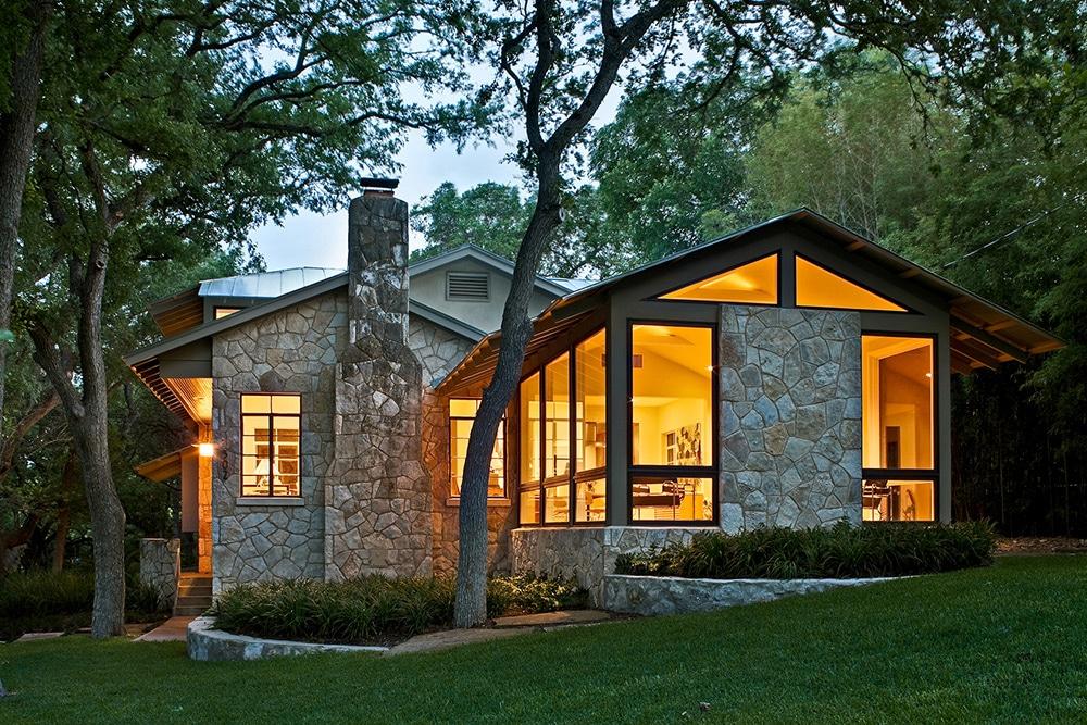 Fachada una casa revestida piedra madera casas fachadas for Fachada de casas
