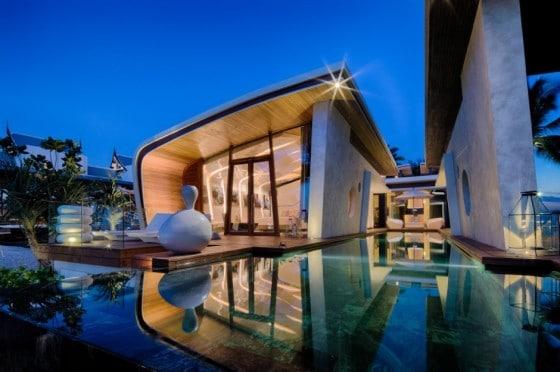 Fachada de casa de un piso moderna con espejo de agua al exterior