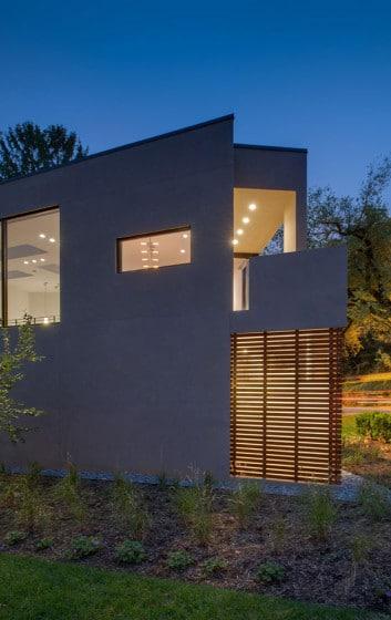 Fachada de casa moderna en terreno triangulo