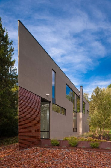 Moderna fachada de casa tiene forma triangular