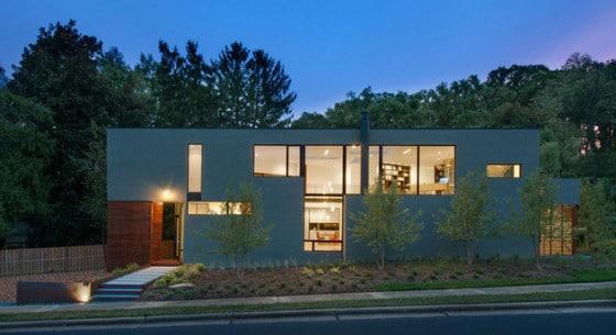 Fachada frontal de casa triangular