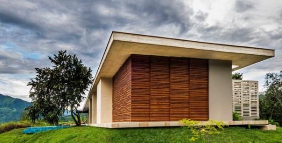 Fachada lateral de casa de campo con trabajos de varillas de madera