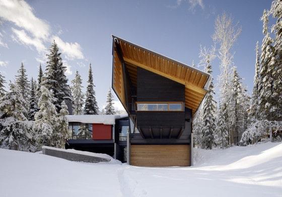 Fachada posterior de moderna casa dividida en dos