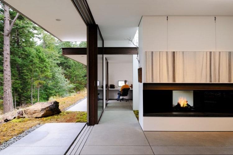 interior de casa de campo podemos ver una chimenea y pasadizo