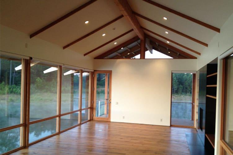 Dise o y construcci n de casa de madera sobre lago - Interiores casas de madera ...