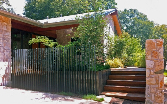 Escaleras de acceso princiapl a la casa rural de piedra