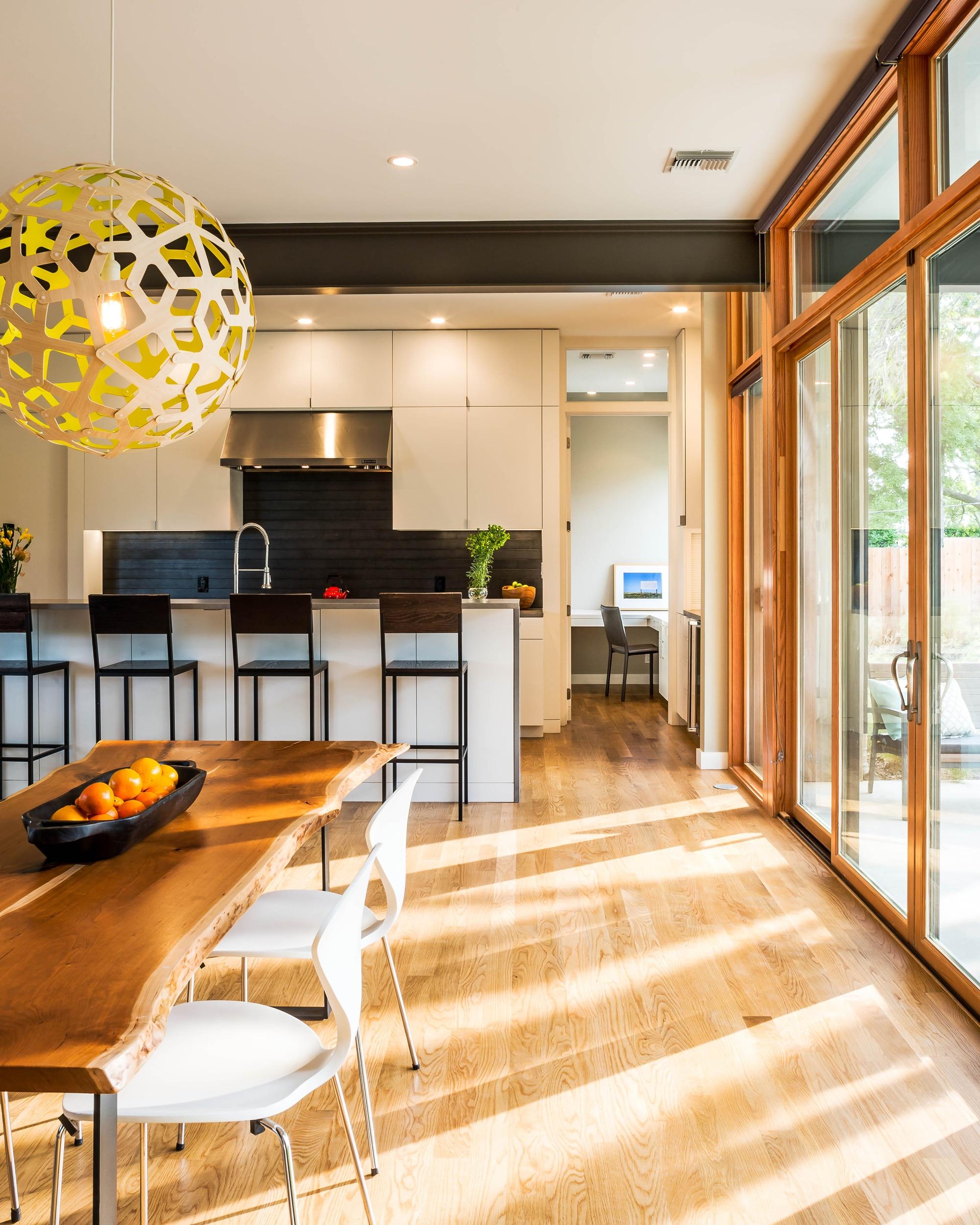 Planos de casa de dos pisos grande fachada e interiores for Disenos de cocinas comedor modernas