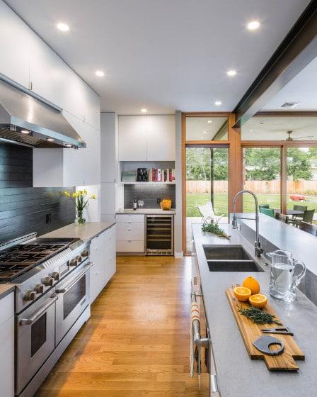 Diseño de cocina lineal con muebles frente a frente