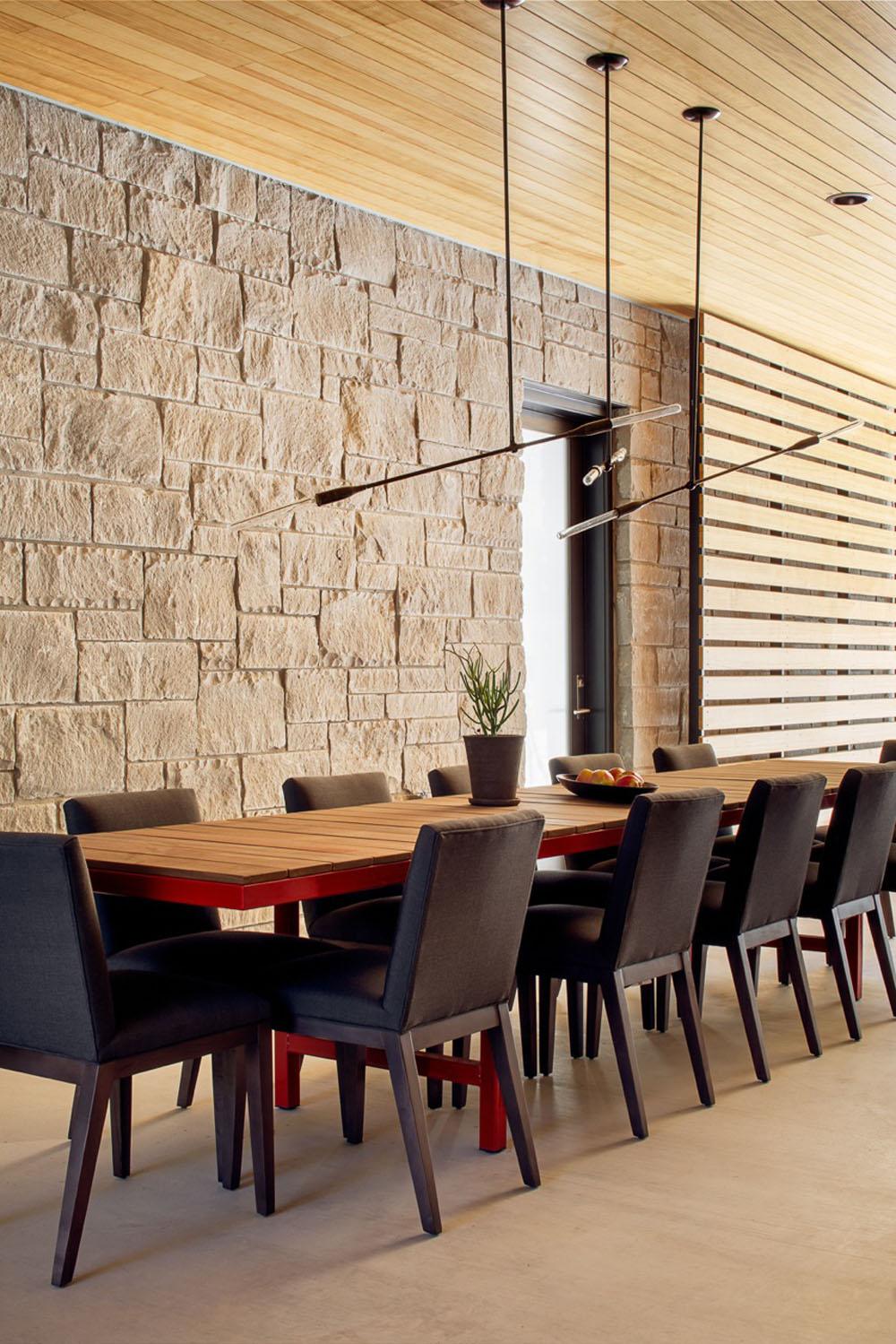 Dise o de casa de un piso con fachada en piedra y madera for Diseno de paredes interiores casas