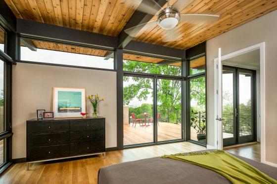 Diseño de dormitorio con techo y piso de madera